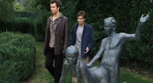 Kelly (Timothy Olyphant) and Matthew (Emile Hirsch) casually walking by a sex statue in The Girl Next Door